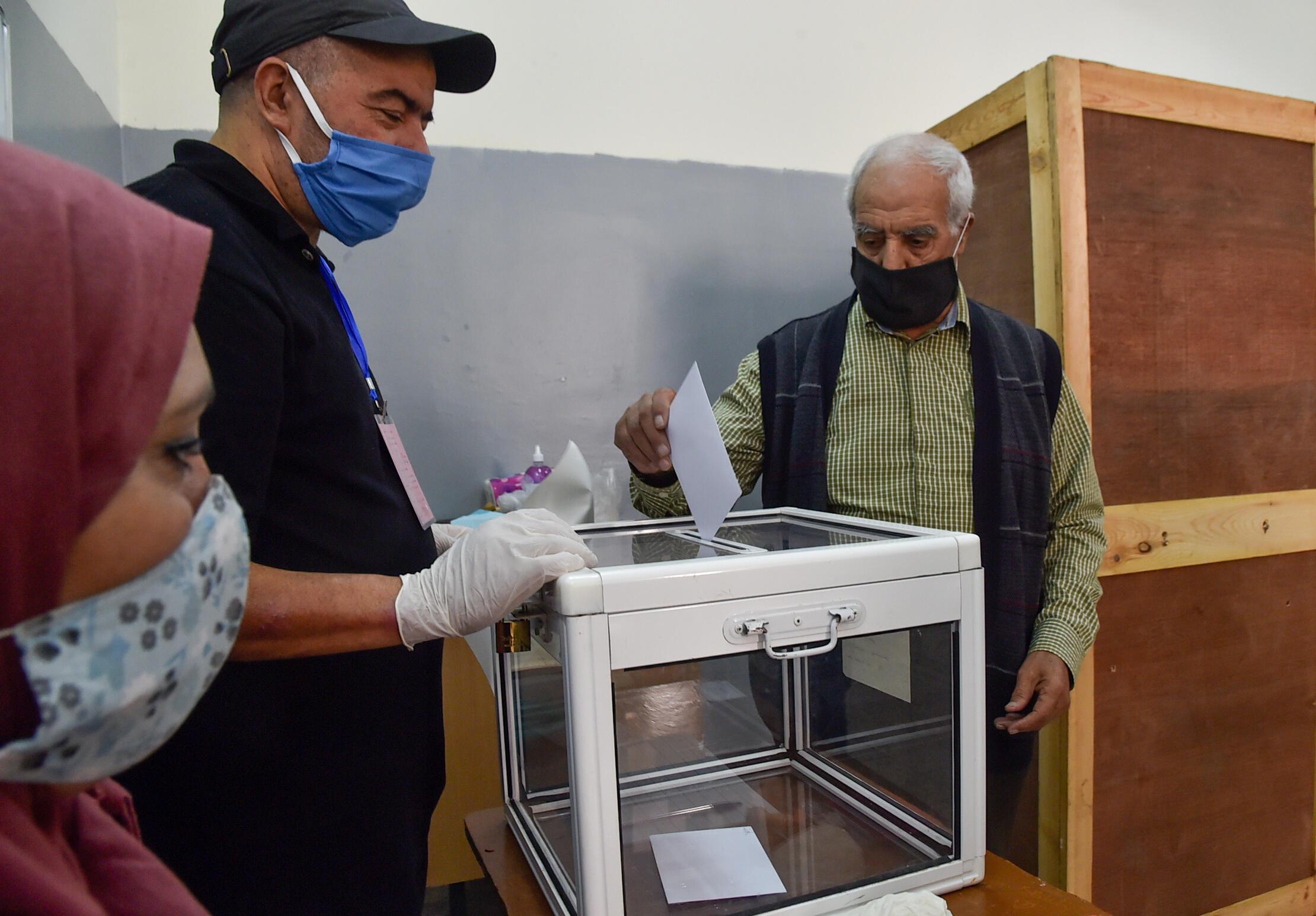 Un argelino vota en el referéndum constitucional en un colegio electoral de Argel, el 1 de noviembre de 2020