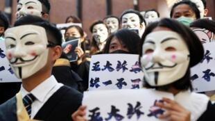 2019年11月5日,香港理工大学生在毕业典礼前集体蒙面向反送中示威者致敬。