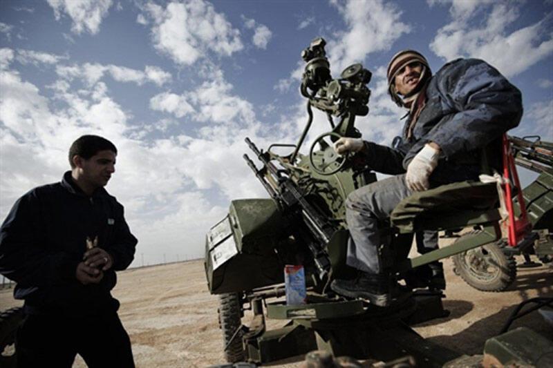 Rebeldes libios preparan una batería antiaérea para contrarrestar la ofensiva de las fuerzas fieles a Kadafi en Ajdabiya a 160 Km. de Bengasi, 3 marzo de 2011.