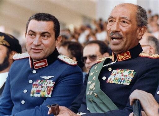 Hosni Moubarak (g) et l'ancien président égyptien Anouar el-Sadate, le 6 octobre 1981, au Caire.