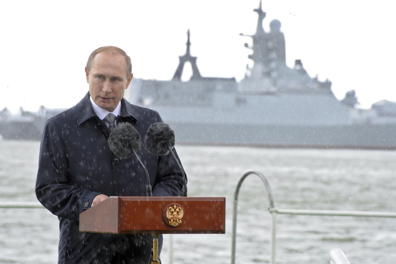 Ảnh minh họa : Tổng thống Nga Vladimir Poutine đọc diễn văn bên bờ biển Baltic nhân Ngày Hải quân Nga, 26/7/2015.
