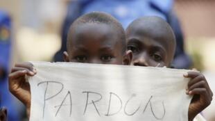 Des enfants du camp de Saint-Sauveur dans l'attente du souverain pontife.