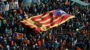 L'«Estelada» géant (drapeau séparatiste catalan) porté à l'occasion de la fête nationale catalane la «Diada» à Barcelone, le 11 septembre 2019.