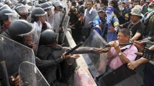 Policiais enfrentaram manifestantes durante protesto em Bangcoc.