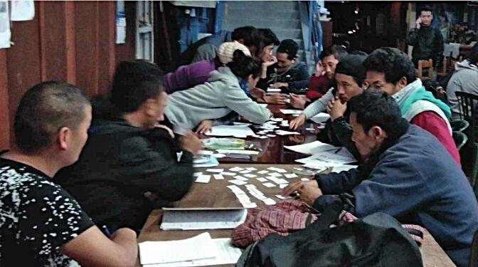 L'association La Pierre Blanche héberge, nourrit et accompagne plus de 80 Tibétains sur sa péniche située à Conflans Saint honorine.