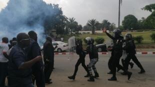Les forces de l'ordre ivoiriennes chargent à côté du siège de Guillaume Soro, à Abidjan le 23 décembre 2019.