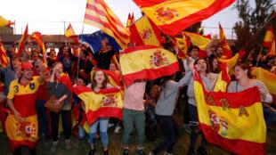 Defensores da unidade espanhola mostram seu apoio ao governo espanhol.