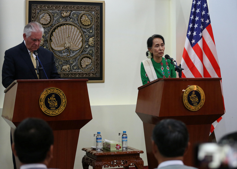 Ngoại trưởng Mỹ Rex Tillerson và cố vấn Nhà nước Miến Điện Aung San Suu Kyi họp báo chung tại Naypyitaw, ngày 15/11/2017.