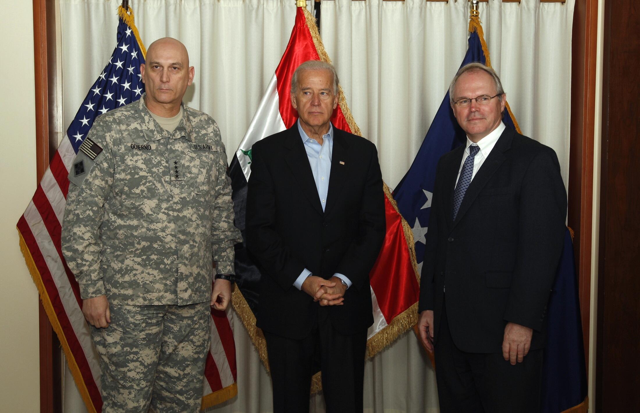 Tướng Ray Odierno, tham mưu trưởng lục quân Hoa Kỳ và Phó Tổng thống Joe Biden - Reuters/Thaier Al-Sudani