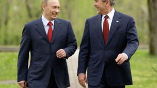 Президент России Владимир Путин (слева) и бывший президент США Джордж Буш-младший