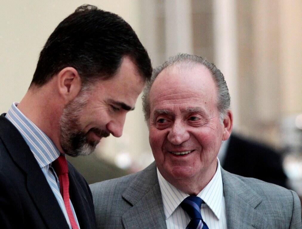 Mfalme wa Hispania, Juan Carlos akiwa na mwanae Felipe anayetarajiwa kurithi nafasi ya baba yake