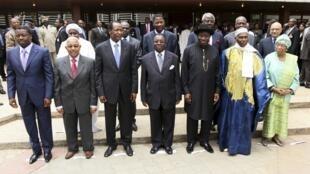 Wasu daga cikin shugabannin kasashen kungiyar ECOWAS a wani taro da suka gudanar a Abuja.