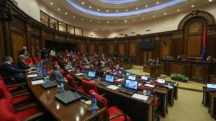 Никол Пашинян выступает перед депутатами прарламента 1 ноября 2018.