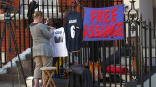 Partidários de Julian Assange, colocam mensagens de apoio em corrimãos ao redor da embaixada do Equador no centro de Londres, na Grã-Bretanha, em 23 de julho de 2018.