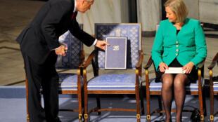 Chiếc ghế dành cho người đoạt giải Nobel hòa bình 2010 bị bỏ trống tại Oslo vì Lưu Hiểu Ba đang ngồi tù. Ông ra đi mà chưa bao giờ được nhìn thấy giải thưởng.