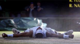 Rafael Nadal, agotado, se desmorona sobre el césped de Wimbledon.