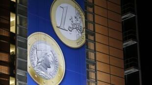 L'euro letton affiché sur la façade d'un des bâtiments de la Commission européenne, à Bruxelles, le 20 décembre 2013.