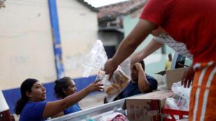 Distribution de nourriture aux populations touchées par le séisne, à Juchitan, le 9 septembre.