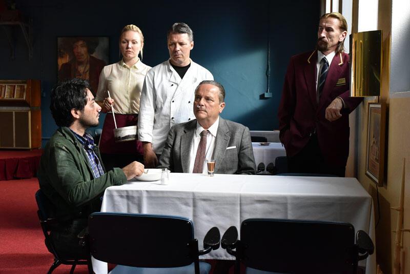 Rencontre improbable entre Khaled, qui a fui la Syrie (à gauche), et Wikström (à droite), propriétaire d'un restaurant au bord de la faillite