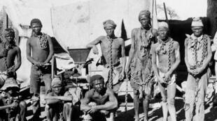 Wasu fursunoni cikin sarka a Namibia. An dauki wannan hoto a tsakanin shekarun 1904-1908, yayin yakin da aka gwabza tsakanin dakarun Jamus da mayakan kabilun Herero da Nama.
