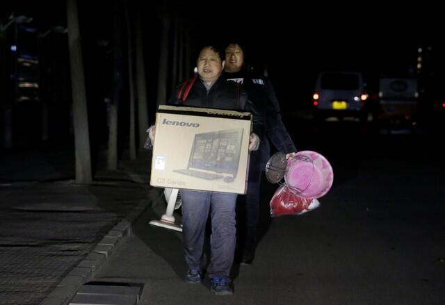 根据当局命令,这对居住在北京通州区的民工夫妇被迫在11月23号夜间12点以前离开了他们居住的房屋。