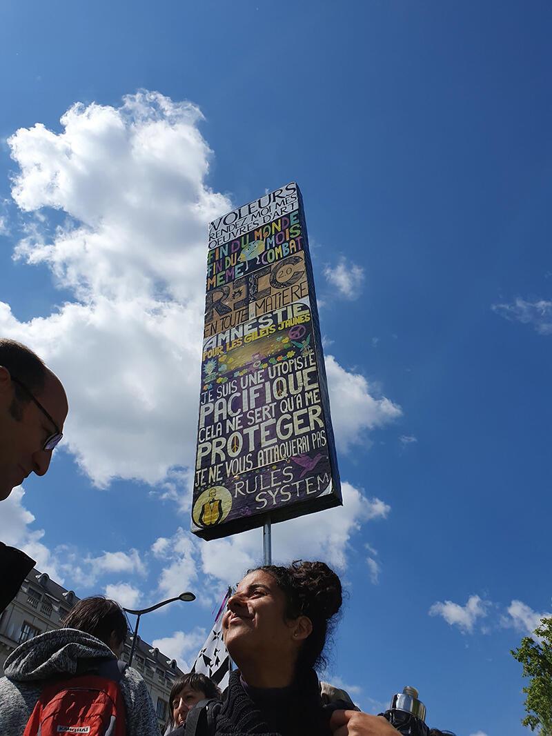 Camelia estaba de vuelta en el Acto 26 de los chalecos amarillos, el 11 de mayo, con una nueva pancarta.