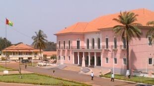 Le palais présidentiel vu du siège du PAIGC, à Bissau.