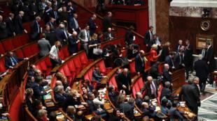 Les députés de la République en Marche (LREM) et de la droite quittent l'hémycicle en signe de protestation, lors d'une séance de questions au gouvernement, le 21 mars 2018 à l'Assemblée nationale française à Paris.