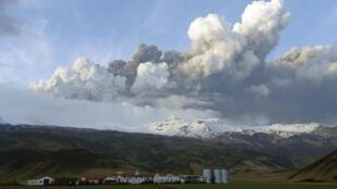 Облако пепла над бушующим вулканом