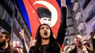 Manifestantes pedem a anulação do referendo na Turquia