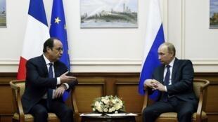 François Hollande et Vladimir Poutine ont discuté de l'Ukraine samedi 6 décembre à l'aéroport moscovite de Vnoukovo.