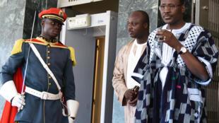 Le Premier ministre burkinabè Isaac Zida (d) à sa sortie du premier Conseil des ministres post-coup d'Etat. Ouagadougou, le 25 septembre 2015.