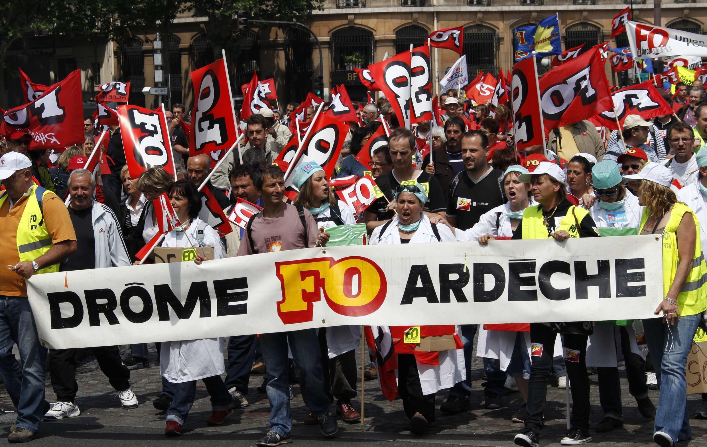 Марш бастующих с флагами Форс Увриер.
