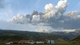 Un panache de cendre s'élève d'un volcan en éruption situé sous le glacier Eyjafjallajokull, à 150 km à l'est de Reykjavik, le 14 avril 2010.