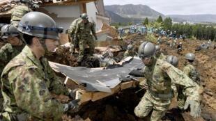 日本自卫队士兵在熊本县南阿苏村搜救10名失踪者2016年4月17日