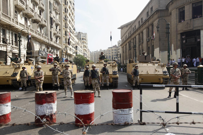 Des militaires devant la Haute Cour de justice au Caire, le 4 novembre 2013.
