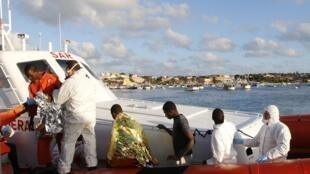 Arrivée de migrants au port de Lampedusa, en février 2015. Ils sont neuf à avoir survécu.