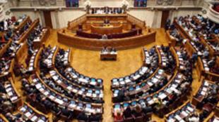 Portugal, bajo ayuda financiera internacional, se convierte este viernes en  el primer país de la Unión Europea en ratificar, por vía parlamentaria, el  pacto presupuestario basado en el rigor y la disciplina para luchar contra la  crisis de la deuda.