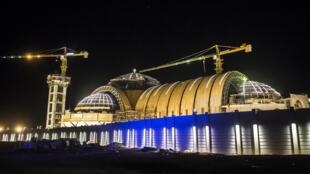 La nouvelle cathédrale de la Nativité du Christ située à 45 km à l'est du Caire a été inaugurée par le patriarche copte-orthodoxe Tawadros II et le président égyptien Al Sissi, le 6 janvier 2018.