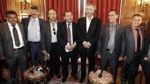 Le philosophe français Bernard-Henri Levy (3eD) pose avec des membres du Conseil national de transition (CNT) de Libye. (G à D) Le Cl. Ahmed Hachem, Bashir Shabbah, Ali Farjani, Suleiman Fortia, le Cl Ibrahim Beitmal et le général Ramadan à Paris, 20/07/11