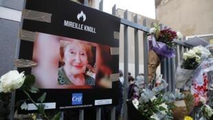 Un mémorial en hommage à Mireille Knoll au pied de son immeuble parisienle 28 mars 2018.
