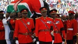 Maafisa wa jeshi la Kenya wakiibeba jeneza la mwili wa rais wa zamani wa Kenya Daniel arap Moi, uwanja wa Nyayo jijini Nairobi, jumanne ya FEBRUARY 11 2020