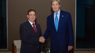 MM. John Kerry et Bruno Rodriguez, chefs des diplomaties américaine et cubaine, lors d'un entretien historique à Panama, le avril 2015.