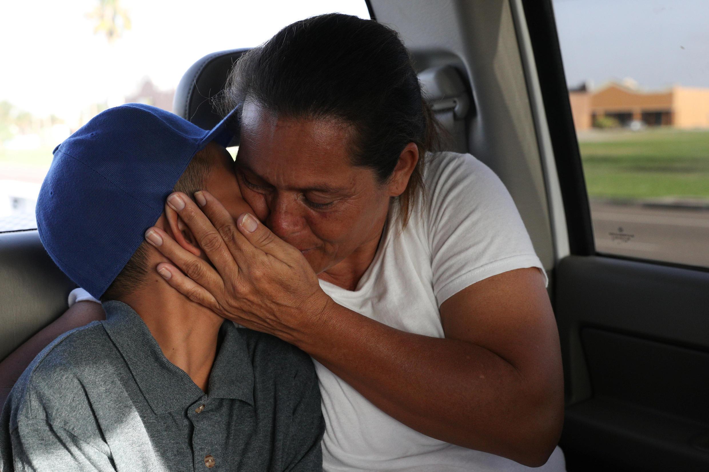 Una madre se reúne con si hijo de 11 años luego de pasar varios días en un centro de detención de Texas, el 14 de julio de 2018.