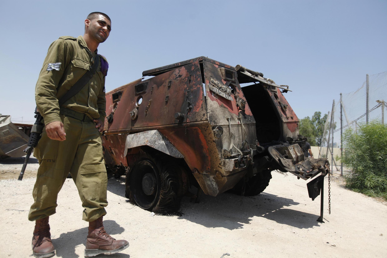 Um veículo militar egípcio queimado, após um ataque contra guardas de fronteira no Sinai.