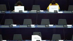 Des eurodéputées affichent des pancartes avec le mot-clé «#metoo» pour dénoncer le harcèlement sexuel dont elles ont été victimes, le 25 octobre 2017 à Strasbourg.