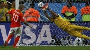 Sergio Romero detiene el penal de Wesley Sneijder.