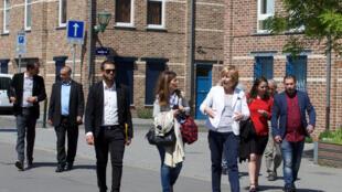 La bourgmestre de Molenbeek (en veste blanche) entourée d'élus de la banlieue parisienne pendant leur visite, ce dimanche 8 mai 2016.