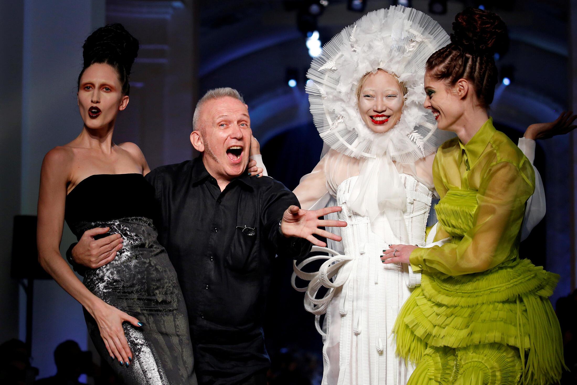 時裝設計師讓·保羅·戈蒂埃(Jean Paul Gaultier)2016年7月6日在自己的時裝秀結束時,和模特一起向公眾致意。。