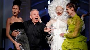 时装设计师让·保罗·戈蒂埃(Jean Paul Gaultier)2016年7月6日在自己的时装秀结束时,和模特一起向公众致意。。